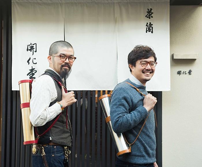 今回は、企画に協力してくれた方々が、楽しそうに夢の商品作りに取り組んでいたのも印象的でした。茶筒で知られる京都の老舗・開化堂さんは真鍮&ブリキ製のスペシャルな図面筒を製作。開化堂6代目の八木隆裕さん(右)と革職人の上月建太朗さん(左)は仕上がりにドヤ顔!