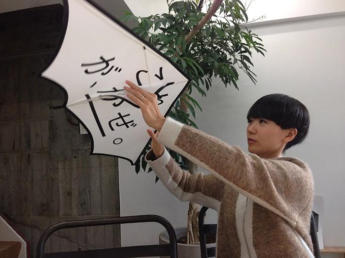 サンプルを使って凧の揚げ方について説明する長嶋さん。