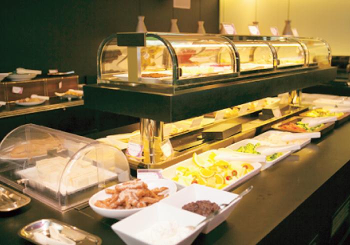 食べ放題のブッフェはフレンチレストラン「クイーン・アリス」監修!