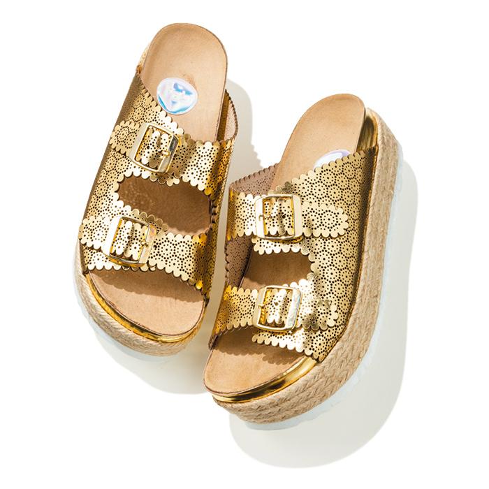 メタリックゴールドが眩しいサンダルは、レザーの細やかなデザインが個性的。夏までコレでいけちゃいます。ヒール高4㎝¥36,000(ラス/ヴィア バス ストップ アクセサリー 渋谷パルコ店☎03・3477・5956)