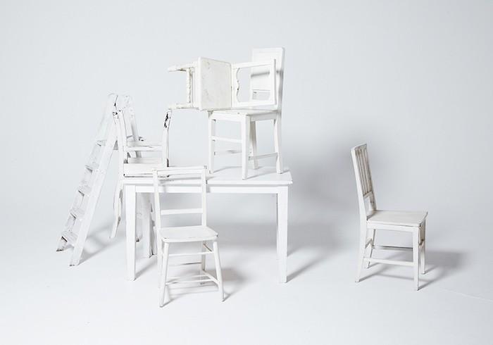 このシュールな白い家具と三代目 JSBとの関係は?? 答えは本誌を見てください!