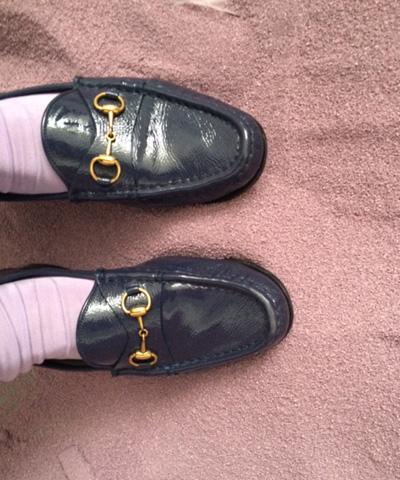 梨花さんの撮影の小道具として用意した紫の砂。たまたま紫の靴下を履いていた編集長が記念にパチリ。