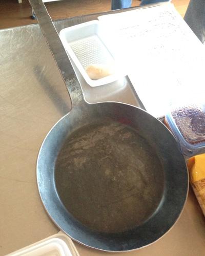 今回お世話になった<ターク>のフライパン。こいつでチキンをカリッと焼くと、本当に美味い。
