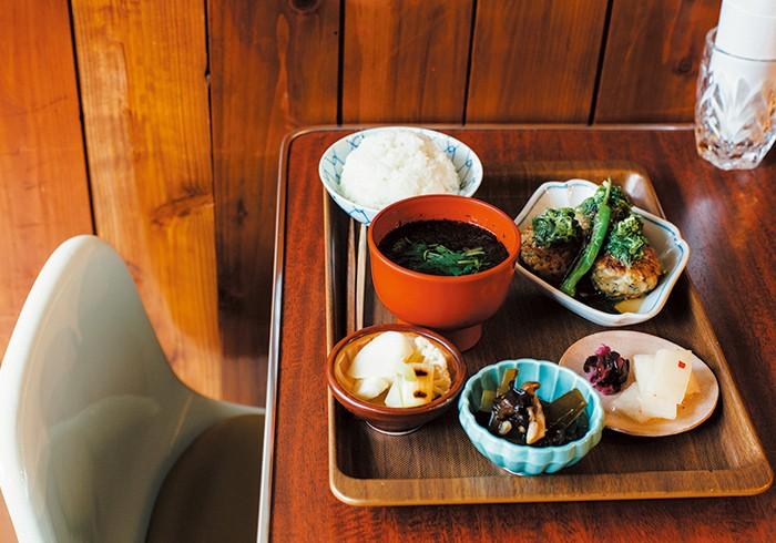 鶏の手こねつくね定食¥1,200(写真はネギ塩ダレ。ほかに醤油ダレも) 「お酒飲んでる若い子もいれば、子連れの家族やおじいちゃんもいる。そうやってたくさんの人を幸せにできるのが嬉しい」と由季さん。