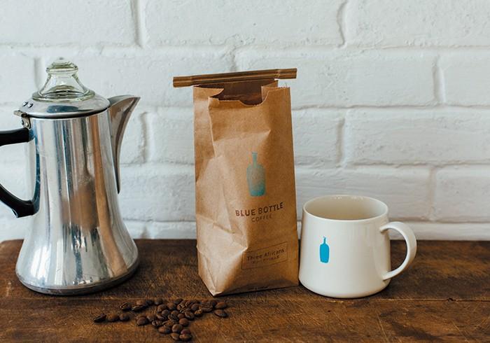 スリー・アフリカンズ200g¥1,500 マグカップ¥2,000 コーヒー豆は、好みに合わせて選べるフレーバーの豊富さも魅力。マグカップは日本1号店の清澄白河店限定品。