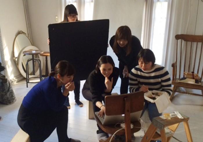 撮影が終わり、写真を楽しそうに眺める比留川さん。素敵なシーンをたくさん、ありがとうございました!