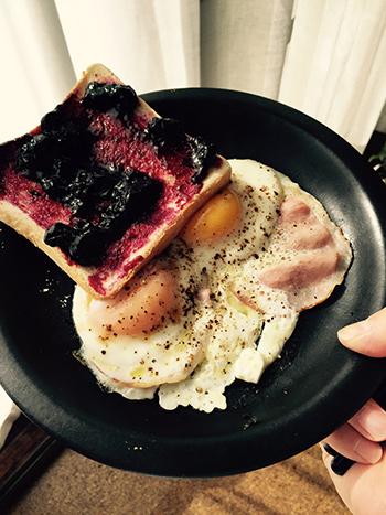 ある日の自分の朝食。ブルーベリージャムの塗り方にムラがあるし目玉焼きの形もいびつ。味は悪くないのですが、あまり美味しくなさそうです。料理の作り方や食べ方にもその人が出ますね。ところで目玉焼きはフタして焼く派ですか? フタをしないで焼いた方が黄身も色鮮やかで美しく作れます。あと卵を落としたときに菜箸でちょっと寄せてあげるだけで形良く焼ける。これらはビアードの原川慎一郎さんに教えてもらったこと。この写真のときはまだ知りませんでしたが、そういうちょっとした工夫が詰まった「最高の朝食レシピ」も付いてます。