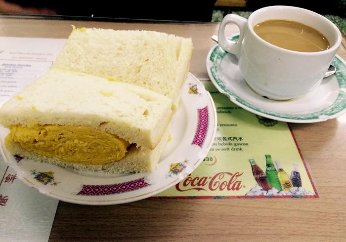 今回の特集とは関係ないけれど、少し前に取材で訪れたマカオでの朝食。十月初五街にある〈南屏雅叙〉というレトロな茶楼にて。中国とヨーロッパの食文化が混在するマカオの人々は、朝食は外で食べるのがポピュラーだそうで、この店も毎朝地元の人たちで超満員。厚切りトーストでふわふわの卵焼きを挟んだ卵サンドが絶品。最近食べたなかで一番おいしかった朝食だ。