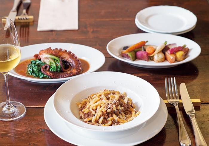 佐島産タコのアフォガート1667円、ストロッツァプレーティ 色々なお肉のラグー1204円、三浦の根菜とアンチョビのロースト833円。