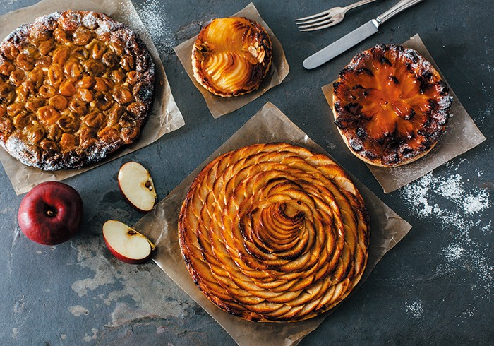 たっぷりの果物とアーモンドクリームを薄いパイに重ねた「タルト・フィンヌ」。今はミラベル、りんご、ポワール、アプリコットの4種。3サイズあり、1人用¥580、4~5人用¥1,900、6~8人用¥3,500。