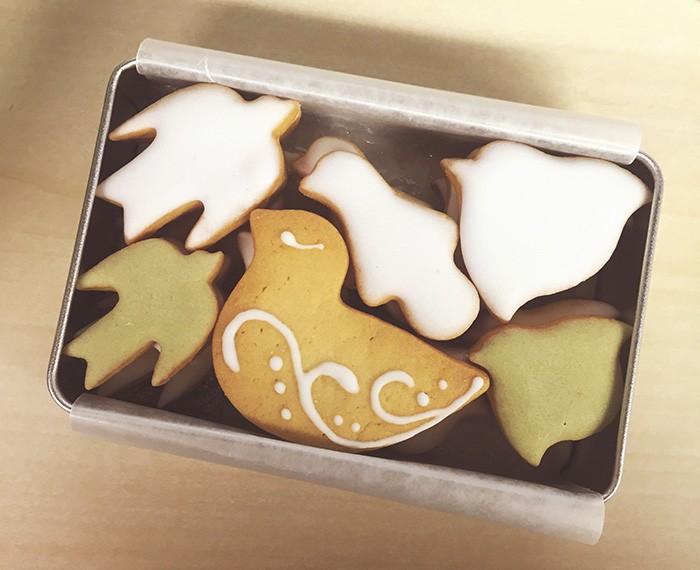 取材中、石橋さんが「これ食べていい?」とつまんだのが『菓子工房ルスルス』の鳥の形をしたクッキー。意外とかわいいものがお好き?