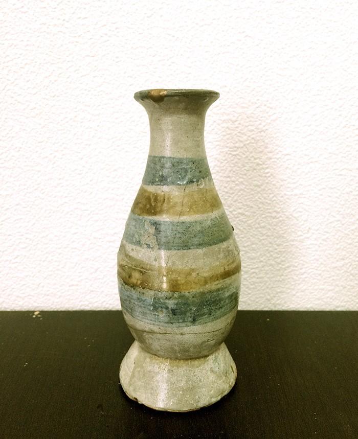 私が京都の某店で買った花入れ。沖縄の壷屋焼だそうです。高いものではないですが、もし「この骨董が、アナタです」と誰かに言われたらなんか嬉しい、というように気に入っています。