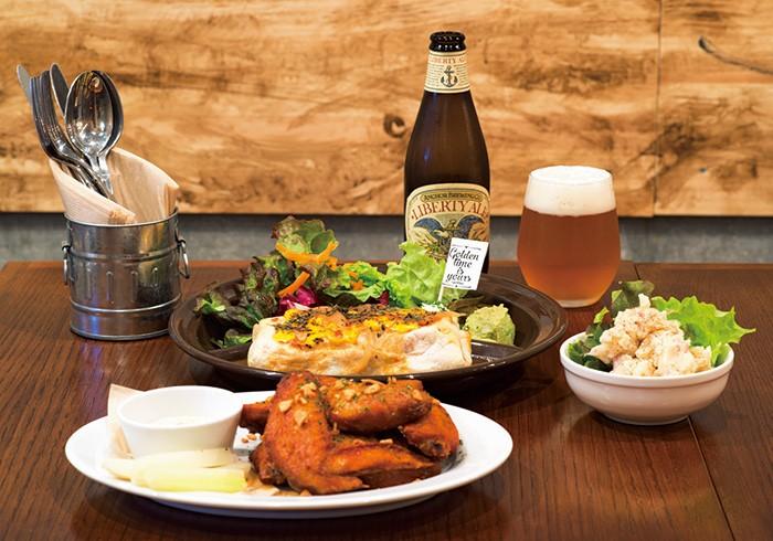 バッファローチキンウイング(5P)815円、マスタードチキンとたっぷり野菜のブリトー1093円ほか。国内外のビールも4~5種。