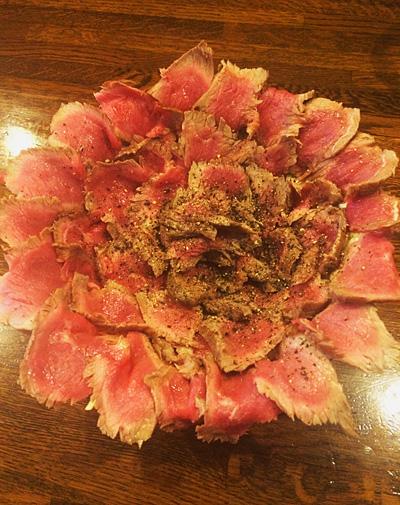 """""""食堂メニュー""""の中で、個人的に一番フォトジェニックだと思ったのが、武蔵小山「がぶ」の、がぶ丼。どうです、このステーキ肉の花びら。満開。"""
