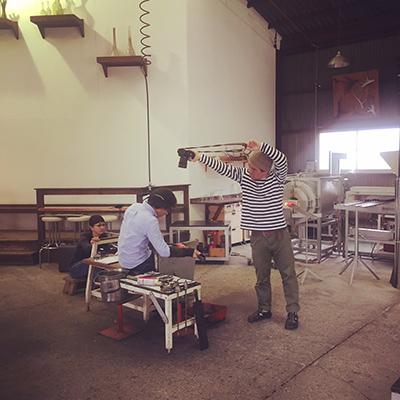 〈fresco〉工房にて。みるみるうちにカルヴァドス用のグラスが形に。撮影するのは濱田英明さん。