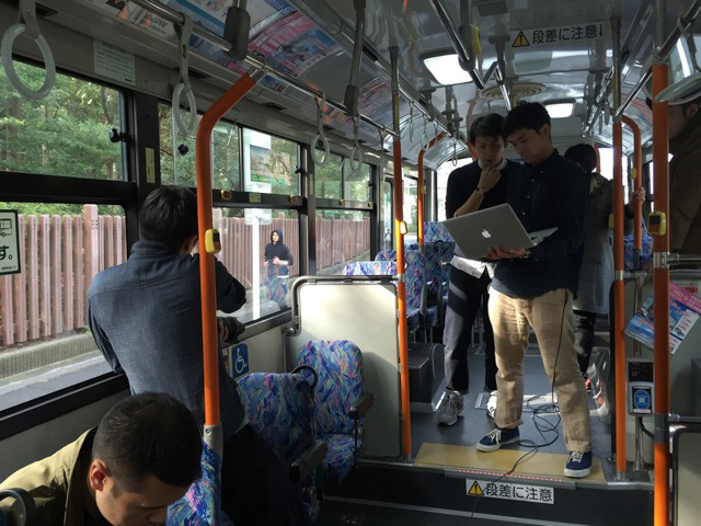 表紙撮影中。なんと路線バス貸し切り!