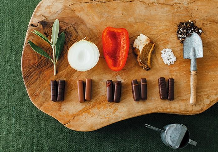エスプリ サレ¥3,500(15粒入り)。左からそれぞれ、オリーブ(オイル・実+ナッツのプラリネ)、玉ねぎ(+イチジク)、パプリカ(+赤唐辛子)、セップ茸(+ヘーゼルナッツ)、ゲランド塩を使ったショコラ。初夏の新作。