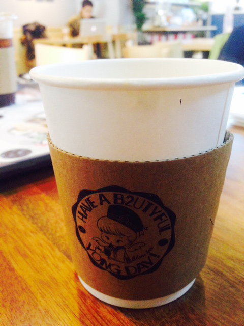 ソウルで防弾少年団の皆さんを撮り下ろしたあと、ananスタッフは打ち合わせ。そこで、せっかくだし、とBEASTのジュンヒョンさんがアックジョンにオープンさせたばかりのカフェへ行ってみました! 私はホワイトカフェモカを注文。とても居心地いいカフェでした。