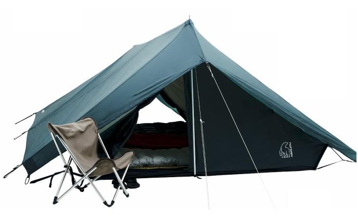ステルス戦闘機のような形状が最高です。ブランドは<ノルディスク>。このブランドはティピ型が有名ですが、こんな尖ったデザインのテントもあるんですね。玄人筋に人気の<ヒルバーグ>もいいですが、人とは違うテントをスタイルの軸に置いて、道具を選んでいくのも良さそうです。