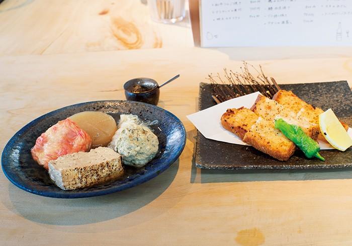 海老しんじょうの博多揚げ500円。海老トーストの酒場アレンジ。おでん盛り合わせ800円。おでんは単品でも注文できる。(各税込)