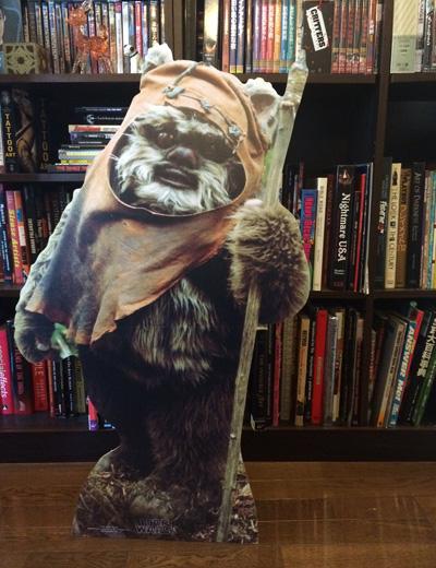 高橋ヨシキさんの取材のワンシーン。事務所にはなんと『SW』のⅥで活躍するイウォーク族の等身大パネルが!