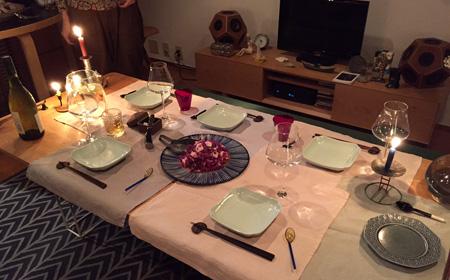東京のご自宅の取材が終わった深夜。アッという間に食卓が整えられ、皆川さんの夕飯を取材スタッフもご一緒させていただきました。サラダを含む前菜2品、キビナゴのフリット、ローストポーク、生姜の風味が効いた桜エビの炊き込みご飯、そしてソーヴィニョンブラン。全員感涙。
