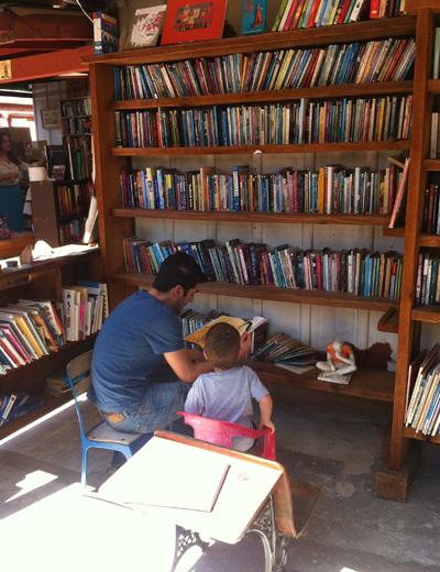 希少なアートブックから、絵本まで、幅広い品揃えのバーツブックス。子どものころにこんな書店があったらいいだろうなぁ。