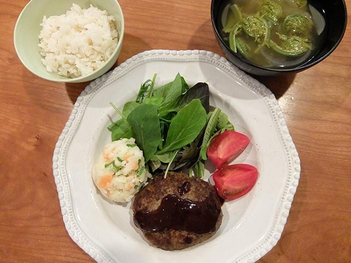 """松見さん家のある日の夕食、たっぷり野菜を刻んで混ぜたハンバーグと、山菜""""こごみ""""のお味噌汁。松見さんのブログには、おいしそうな毎日の献立がアップされているので要チェックです(http://ameblo.jp/matsumisaeko/)。"""