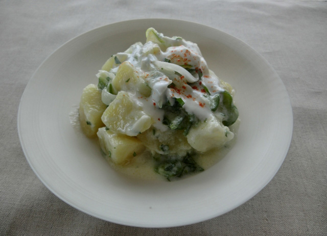茹でたジャガイモにかけるだけ。トルコ風のポテトサラダは、お酒のつまみにもよさそうです。