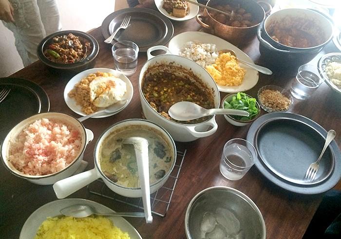 カレーページの試食前のテーブルをパチリ。残ったカレーをどうやって食べるとおいしいか問題にも対応したレシピ付きです!