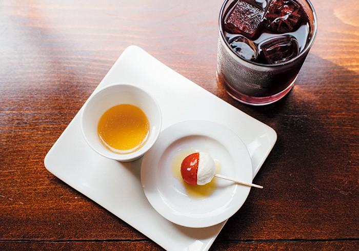 サングリアは¥580。この日のお通し(¥500)は鶏のコンソメと岩手県葛巻高原牧場産モッツァレッラチーズのカプレーゼ風。夏には冷たいスープのことも。