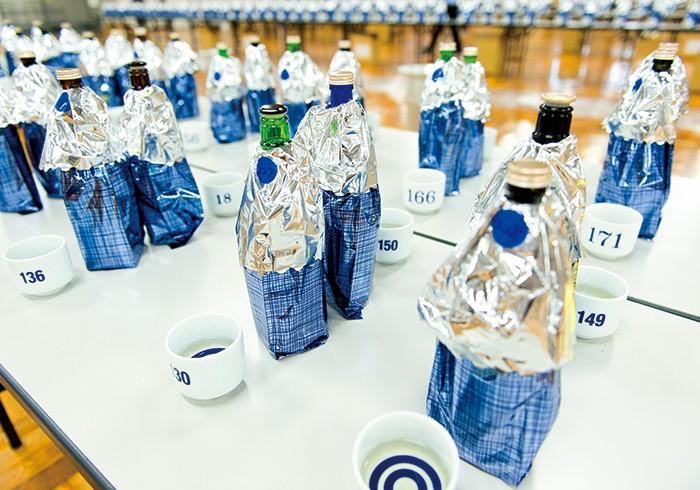 審査会場の様子。4回目を迎える今回はなんと1000本以上の日本酒がエントリー。