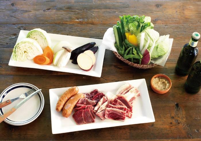 BBQセット(1名・4800円)のメニューの一例。野菜盛り、両国テラス自慢の野菜スティック、枝豆やフレンチフライ、お肉盛りにパスタやアイスもセットになってお得感たっぷり。新鮮なシーフード付きのプランも(1名・5800円)。90分のフリードリンクがつく。(各税込)