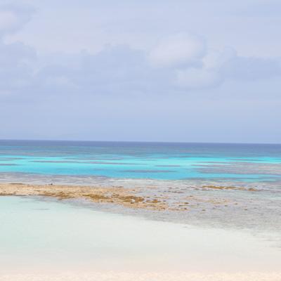 """通称""""波照間ブルー""""の海。この日は「海畑」と呼ばれる、大干潮の日で、島の人が潮干狩りをしていた。"""