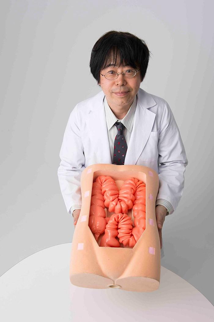 医学生等が練習用に使う大腸の模型で説明をしてもらいました。