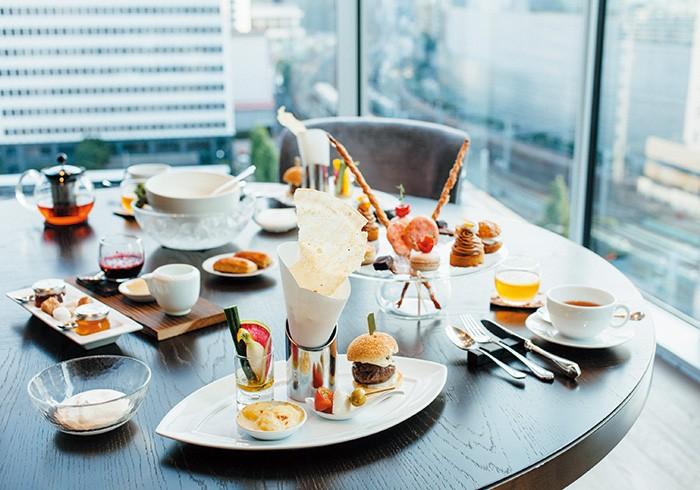 窓際のテーブルは特等席。東京駅周辺が一望の下。旅気分でお茶を楽しめる。1人前¥4,000(税・サービス料15%別)