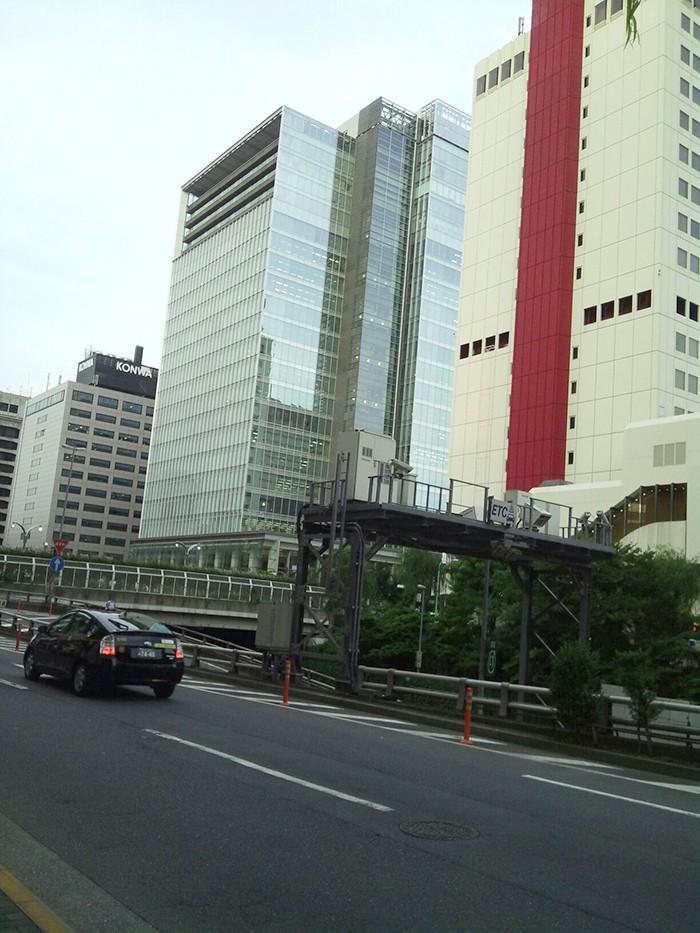 モックンがいないと、ただの高速道路の横のビル群。撮影日は梅雨の合間の晴れの日でした。よかった!