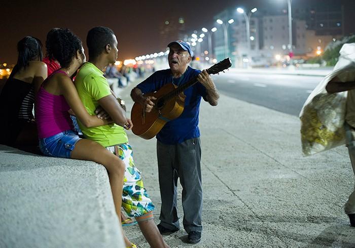 意外と苦労したのが太陽の下での撮影。日中はとにかく暑いキューバ。人々は外が涼しくなる22時くらいから街や海沿いに繰り出し、思い思いの時間を楽しむのだそう。