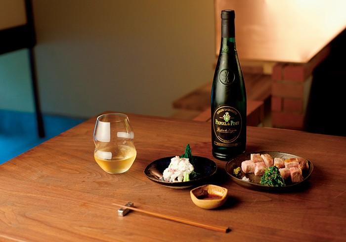 その日のおまかせ8品7000円の中からボーノポークの豚ロース炭火焼、鱧の温かいおとし。ワインはピクプール・ド・ピネ、グラス800円。