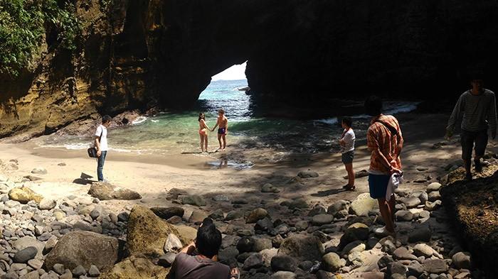 こちら、海辺撮影のワンシーン。この洞窟の写真は目次にて掲載しております。