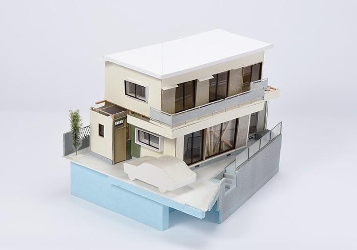 表紙に使った模型は、長坂常さんがリノベーションを手がけた調布<門脇邸>のもの。模型を見ていると自然と夢がふくらみます。