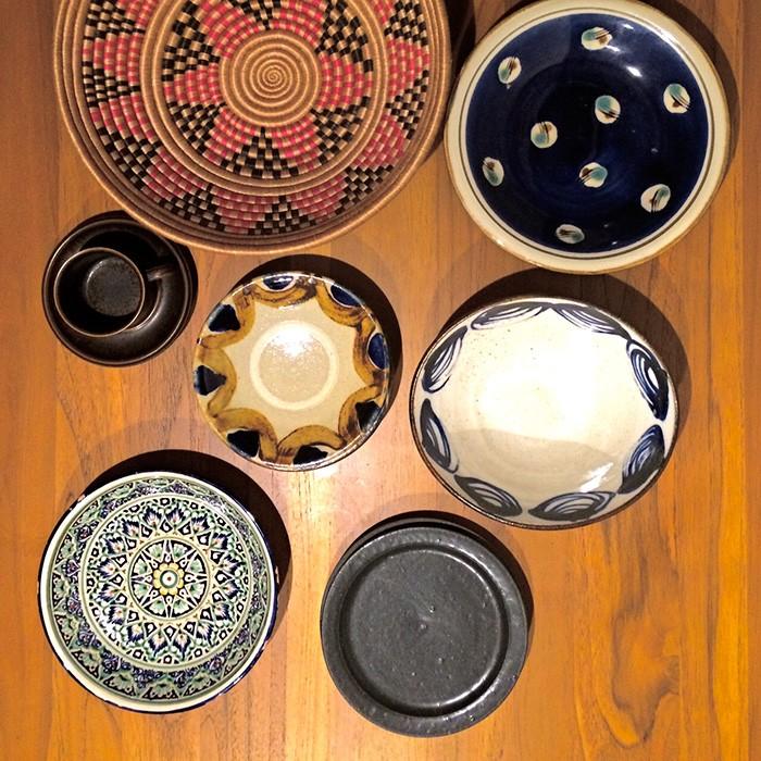 今回のロケハン中、取材中に買ってしまった器の一部をご紹介。右上から時計回りに、沖縄県の常秀工房、益子の遠藤太郎さん、吉田直嗣さん、ウズベキスタンのお皿、沖縄の田村窯、アラビアのRUSKA、器?ですがルワンダのかご。