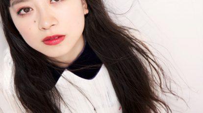 ニッポン美人化計画 Mission 64: 少女のようでいて女性らしさも感じる赤みを帯びたメイクアップ。手元には心に秘めたフェティッシュさを忍ばせ、気持ちも解放!