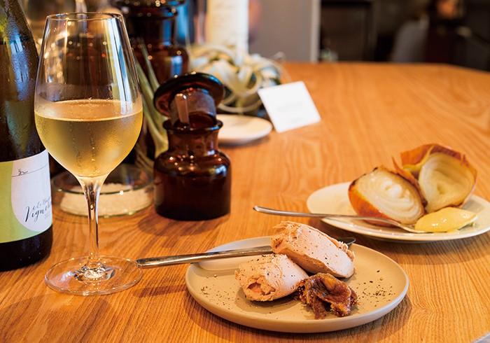 グラスワイン1000円~。レバーペースト、オニオンロースト各500円。テーブルの上のパンやドライフルーツはご自由に、というスタイル。