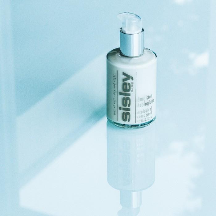 使い続けることで肌バランスを整え、健やかな肌に。次に使う製品もよくなじむ。〈シスレー〉のロング&ベストセラー美容乳液「エコロジカル コムパウンド」。125ml ¥23,500 50ml ¥14,000(シスレージャパン ☎︎03-5771-6217)