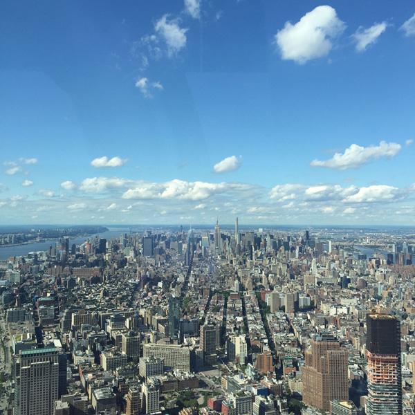 この5月にオープンしたNY新名所の一つといえばここ。「One World Trade Center」展望フロアからの眺望。
