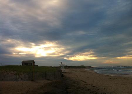 モントークの南側に位置する「DITCH PLAINS BEACH」にて。雲間から差し込む光がとても幻想的。