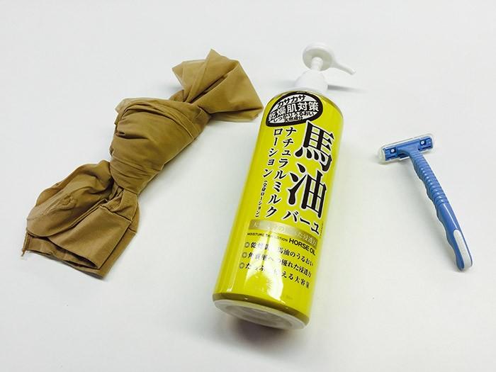 急な撮影に備えて引き出しに常備されている「ワッツイン」三種の神器(馬脂・パンスト・カミソリ)。馬脂は肌のテカリ出しに使います。