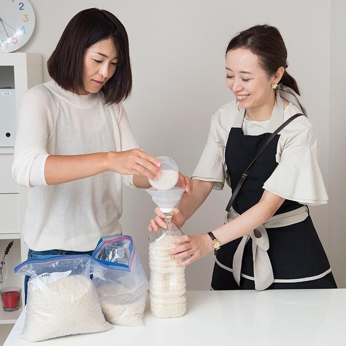 実家から送られてくるお米を移し替える郷田さん(左)と石阪さん(右)。 「袋のままだと冷蔵庫でかさばるけど、ペットボトルなら寝かせてしまえるからおすすめです」(石阪さん)