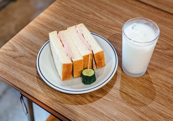 ハムサンド¥550(+¥200で「ハム増し」にも) ドリンクすべて¥550(おかわりは¥220!) 今年の6月にオープンしたばかり。「コーヒー不毛地帯の桜上水だからこそ、本当に美味しいコーヒーを街のみんなに飲んでほしい」と、店主の竹日さん。写真、牛乳でごめんね。